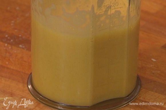 Яйца с сахаром взбивать блендером до полного растворения сахара — должна получиться пышная масса.
