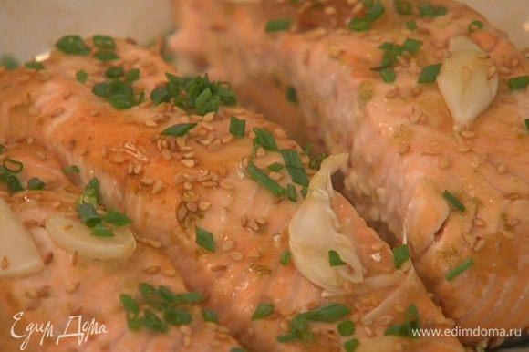 Готовую рыбу посыпать кунжутным семенем и луком.