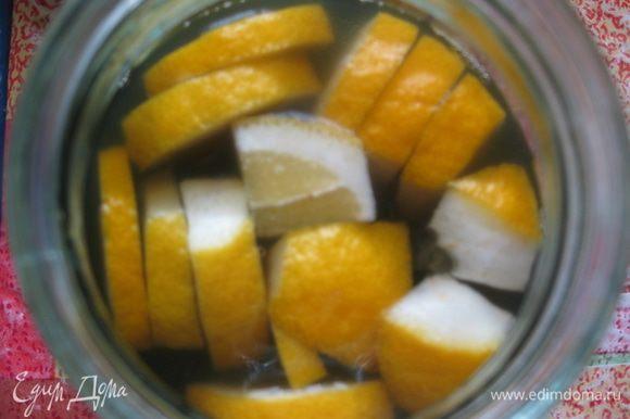 После этого процеживаем, чтобы удалить кусочки лимона и цветки, в оставшийся сироп добавляем 1 кг сахара.
