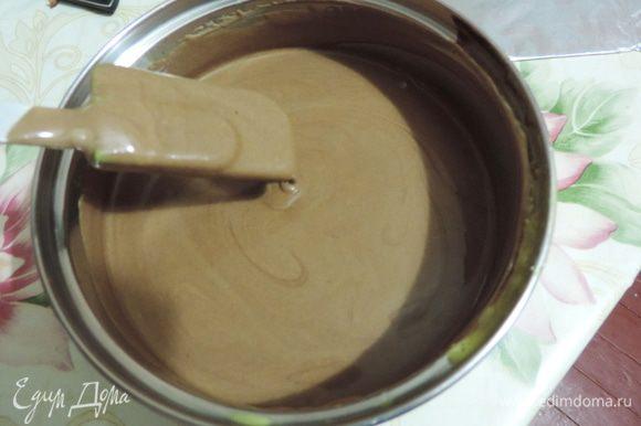 Вот так выглядит подготовленный шоколадный мусс, который оставлен при комнатной температуре и ждет своей очереди. Не прячьте муссы в холодильник, иначе очень быстро они загустеют.