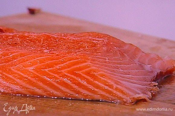 Наш лосось тщательно очищаем от маринада и режем на тонкие пластинки. Кто не желает заморачиваться с засолкой лосося может использовать готовый.