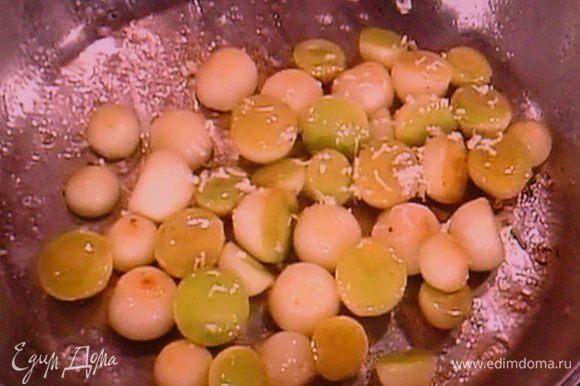 Выдавливаем сок лимона. Яблочки очищаем от кожицы и вырезаем шарики, которые сразу нужно сбрызнуть лимонным соком, чтобы они не потемнели. Для такой обработки яблока у меня есть специальная ложечка, если таковой нет, нарежьте яблоко на дольки. Таким же образом добываем шарики из дыни. Разогреваем сливочное масло, добавляем сахар, яблоки и слегка их карамелизируем. В конце приправляем натёртым хреном. Хрен можно использовать готовый.