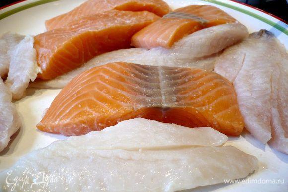 Рыбу промываем и обсушиваем полотенцем. Сбрызгиваем лимонным соком. Даем полежать пару минут.
