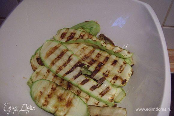Складываем готовые овощи в салатницу, там они в теплоте доходят пока готовятся их товарищи.