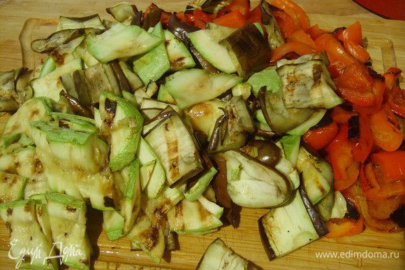 Тенерь режем все овощи на кусочки.