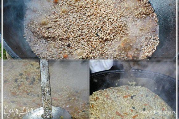 Надо постоянно, в это время, верхний слой риса, но только верхний и риса, чуть-чуть ворошить, отодвигать от стенок, чтобы, во-первых, рис пропитался – пропарился, а во-вторых, чтобы не подгорел.