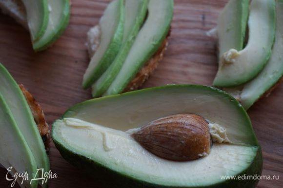 Разрезаем булочку на 6 частей, на каждую кладем нарезанные авокадо.