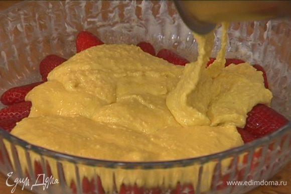 Равномерно выложить тесто на клубнику.