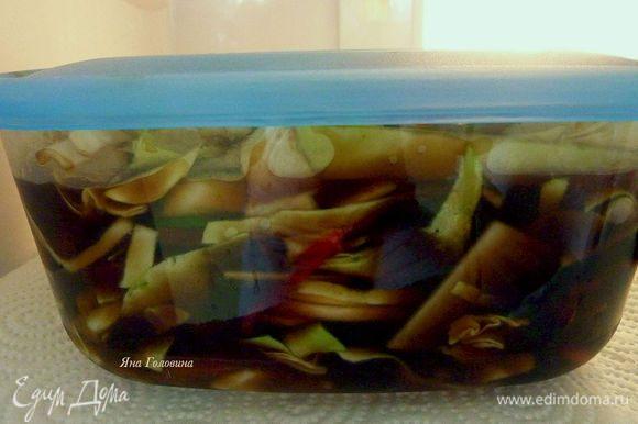 Овощи перемешать , если образовался сок то слить и залить маринадом что бы овощи были покрыты . Закрыть крышкой и поставить в холодильник на 2 часа .