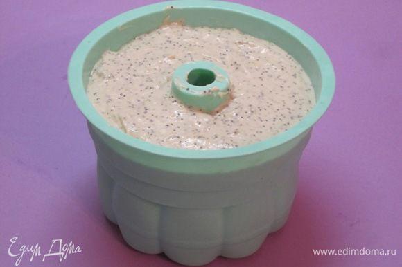 Вылить тесто в форму.