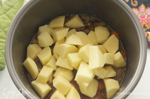 Картофель нарезать крупными кубиками, добавить к мясу.