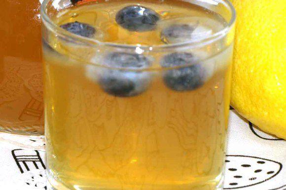 Когда лимонад остыл, стал прохладным). Процеживаем. Наливаем в стакан, добавляем лед и наслаждаемся).