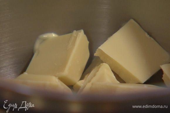 Весь шоколад поломать на небольшие кусочки и растопить на водяной бане.
