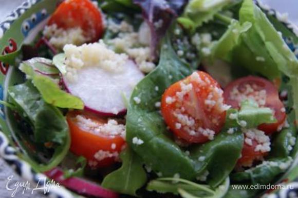 Соединить, добавить микс салата, шпинат, заправить кунжутным маслом.