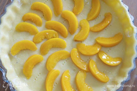 Нарезать дольками персики. Как альтернатива можно использовать ЯБЛОКИ!