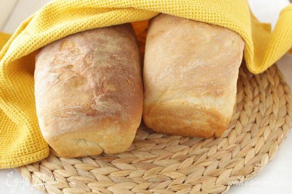 Разогреть духовку на 200 градусов. Выпекать хлеб до золотистого цвета 25-35 минут, в зависимости от размера. Остудить хлеб на решетке.