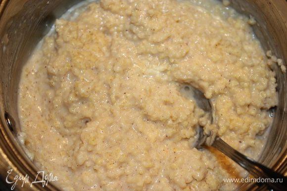 Готовим кашу на молоке с добавлением ванилина и корицы. Когда каша будет готова добавляем сахар по вкусу.