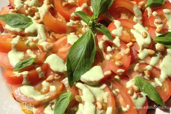 Посыпаем салат оставшимися кедровыми орешками, украшаем листиками базилика и подаем!!! Угощайтесь!!