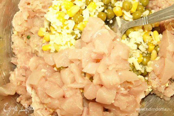 Куриное филе измельчить в блендере, небольшой кусочек филе нарезать кубиками.