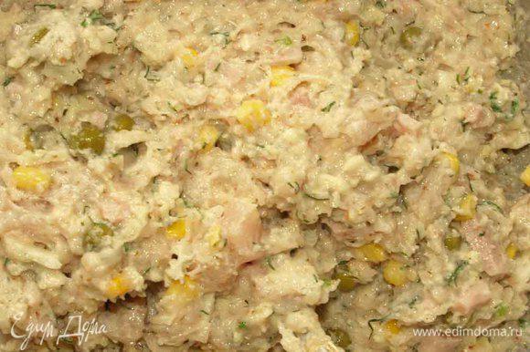 Соединить измельченный миндаль, куриный фарш и филе кубиками, кукурузу, ветчину, горошек, сыр, зелень, нашинкованный мелко лук и хорошо перемешать. Добавить крахмал, сливки, соль, перец и приправы по вкусу (по желанию), коньяк и все тщательно перемешать.