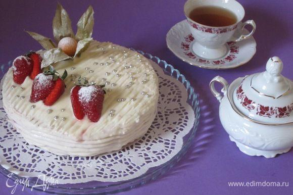 Аккуратно смазать торт кремом с маскарпоне. Украсить ягодами или фруктами. Убрать в морозильник до застывания крема.