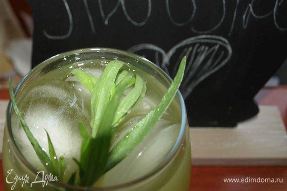 Готовый лимонад процедить. В бокал кладем лед, веточку тархуна, наливаем лимонад.