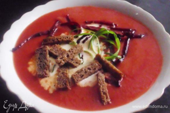 Суп снять с огня, пробить погружным блендером. При желании приправить лимонным соком. Подавать со сметаной, посыпав свекольной соломкой, луковыми завитками и сухариками.