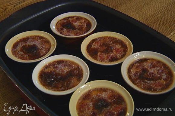 Готовое крем-брюле остудить и украсить оставшимися ягодами.