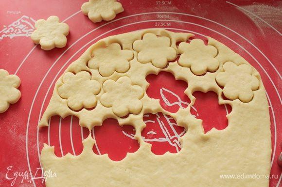 Раскатайте тесто 0,5-0,7 мм,вырежьте формочкой лепешки.