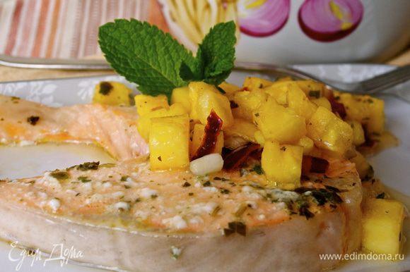 Готовую рыбу выложить на тарелки, рядом выложить сальсу и подавать! Приятного аппетита! ))) (пару раз заменяла базилик на мяту - тоже отлично получается!)