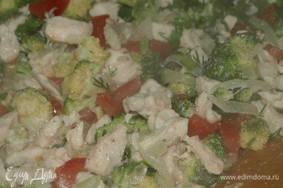 Отправляем в разогретую сковороду филе нарезанное кубиками, лук полукольцами и тушим 10 минут. Добавляем ложку сметаны и тушим 2 минуты. Брокколи разбираем на соцветия (разобранных соцветий 250 гр), помидор режим кубиками, зелень мелко рубим. Отправляем в сковороду овощи и зелень и тушим все вместе 5 минут. Отставляем и даем остыть.