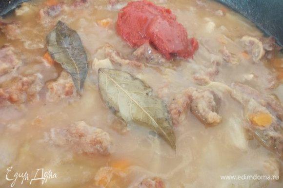 Когда мясо станет мягким,добавить томатную пасту,лавровый лист и тимьян, можно подлить водички. Хорошо перемешать.