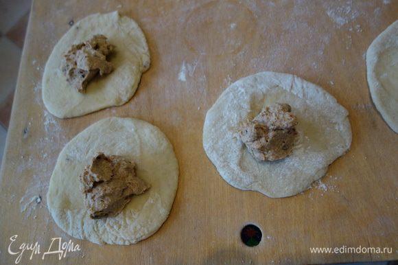 Сдобное дрожжевое тесто: сначала опару:пол ст.теплого молока+дрожжи+сахар 2 ст.л.+3-4 ст.л. муки перемешать накрыть оно должно подняться . В глубокой чаше перемешиваем молоко +яйцо+под.масло (6-7 ст.л.)+соль+сахар+муку,добавляем опару и еще муки,тесто не должно липнуть у рукам и не должно быть крутым,поэтому муку добавлять понемногу замешивая рукой. Замесить в шар и поставить на 2.5-3 часа. Муку указала в рецепте примерно. Примечание через час после как мы поставили тесто в теплое место надо его примять немного,тесто должно подняться 2 раза. Начинку: финики помыть,если сухие замочить в кипятке и удалить косточки, перемолоть в блендере до однородности перемешать с творогом. Разделить тесто на комочки, раскатать и в центр начинку.