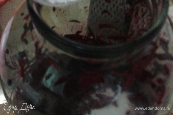Добавить пол стакана сахара, корку черного хлеба поместить все в трех литровую стеклянную емкость, налить 2,5 л питьевой воды и оставить в теплом месте.