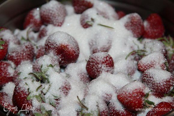 В сухой таз (важно!!!) пересыпаем клубнику и добавляем 300 грамм сахара. Энергично встряхиваем и оставляем в прохладном месте до утра (если готовить начали с вечера). Утром оставляем на 6 часов на кухонном столе.