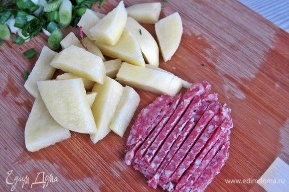 Салями и картофель нарезаем соломкой. Охлаждаем сварившееся яйцо.