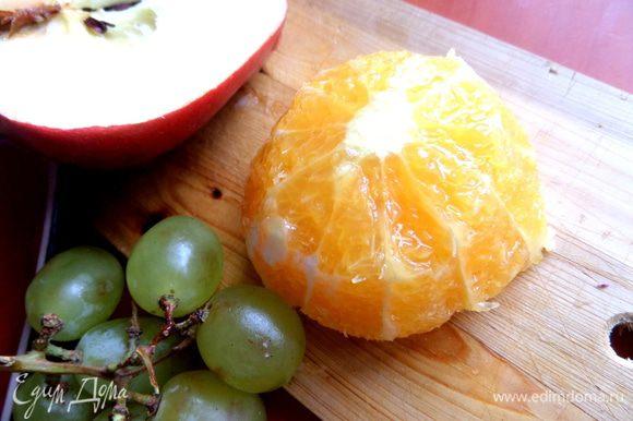 Апельсин очистить ножом от кожуры.