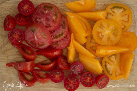Чтобы салат смотрелся интереснее, нарежьте помидоры по разному - дольками, колечками и крупными кусками.