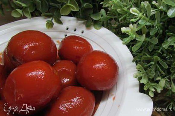 Консервированные томаты откинуть на сито для удаления лишней влаги.
