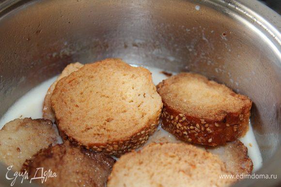 В бульон добавляем подогретое молоко и выкладываем подсушенные кусочки багета. Оставляем на 10 минут под крышкой (без огня) чтобы сухари протомились и напитались бульоном.