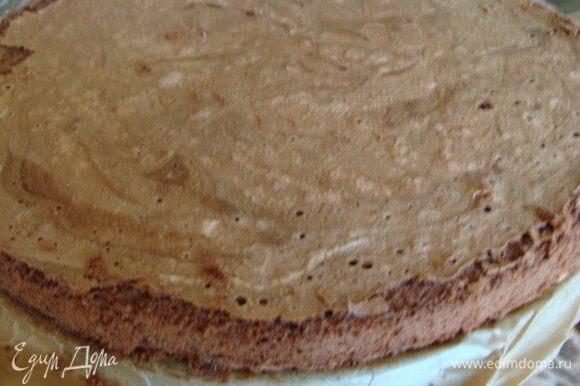 Бисквит отделить от формы. Взять блюдо, в котором мы будем делать суфле и отрезать бисквит необходимого диаметра.