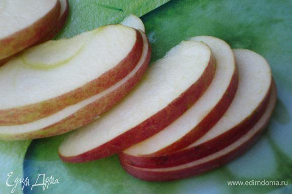 Яблоки нарезать тонкими дольками и сбрызнуть соком лимона.