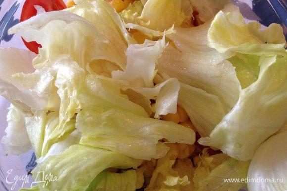 Промыть листья салата и руками разорвать на небольшие кусочки ( я салат всегда рву руками).