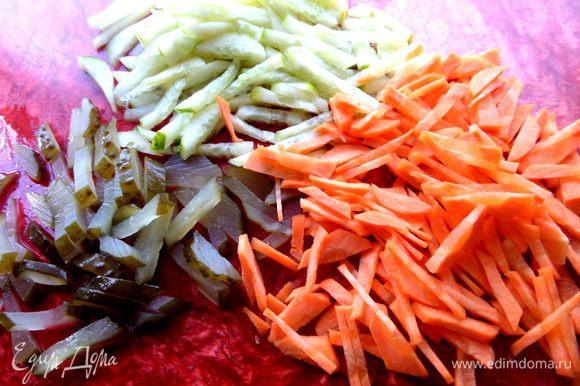 Оба вида огурцов и морковь нарезать соломкой.