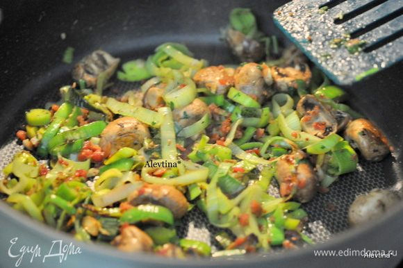 Кубик овощного бульона поломать, добавить горчицу, петрушку и тмин. Залить ½ стак. горячей воды. Перемешать и вылить в лук-порей , грибы. Тушим 5 мин. до испарения бульона.
