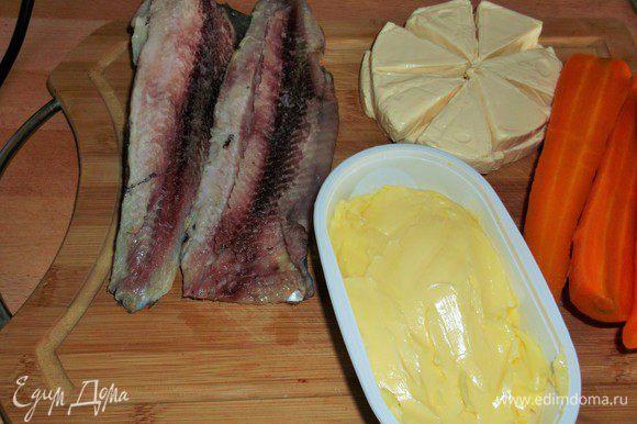 Отделяем филе от селёдки, отвариваем морковь, плавленые сырочки насколько я помню были по 100 грамм, я подготовила 200 гр. и масло сливочное.