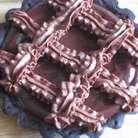 Оставшийся шоколадный крем взбить миксером и с помощью кондитерского мешка украсить тарталетки.