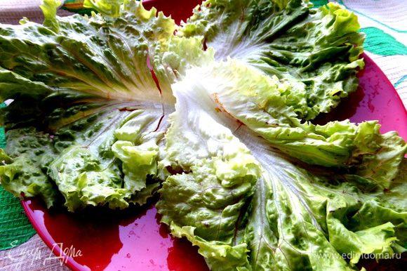 Теперь всё просто...Выкладываем на большое блюдо листы салата.