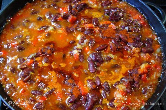 Затем добавить в сковороду помидоры, паприку и фасоль. Я взяла томатный продукт от Tomato Gusto, в нем – только свежие томаты, соль, лавровый лист и семена укропа. Прогреть смесь на сковороде.