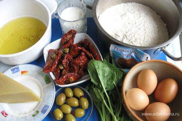 Приготовить все необходимое. Вяленые помидоры откинуть на дуршлаг, дать стечь маслу. Это масло использовать для кекса, добавив до нужной нормы еще оливковое масло. Шпинат помыть, откинуть на дуршлаг.
